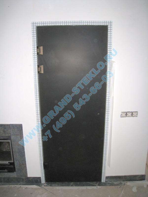 дверь из темного стекла для душевой кабины